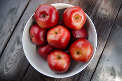 Manzana roja en la taza blanca Imagen de archivo