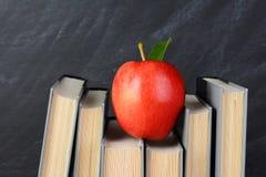 Manzana roja en los libros Foto de archivo libre de regalías