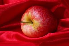 Manzana roja en paño Fotos de archivo libres de regalías