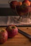 Manzana roja en tajadera Foto de archivo libre de regalías