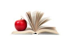 Manzana roja en un libro Foto de archivo libre de regalías