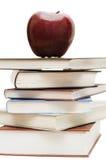 Manzana roja en una pila de libros Fotografía de archivo libre de regalías