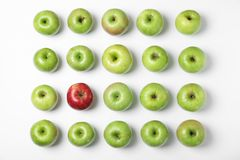 Manzana roja entre verde unos en el fondo blanco, visión superior imagenes de archivo