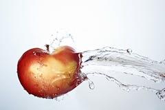 Manzana roja fresca subacuática Foto de archivo libre de regalías