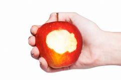 Manzana roja mordida en la mano del hombre aislada en blanco Imagen de archivo libre de regalías