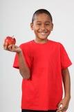 Manzana roja que se considera del muchacho de escuela 9 negros felices Fotos de archivo libres de regalías