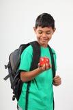 Manzana roja que se considera sonriente del muchacho de escuela 10 jovenes Imagen de archivo libre de regalías