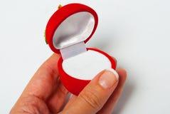 Manzana roja, rectángulo de joyería en la mano Fotografía de archivo
