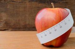 Manzana roja y cinta métrica Imagen de archivo libre de regalías
