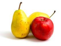 Manzana roja y dos peras amarillas fotografía de archivo