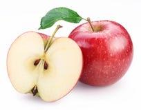 Manzana roja y mitad de la manzana roja. imagen de archivo