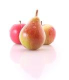 Manzana roja y pera de color verde amarillo aisladas Foto de archivo libre de regalías