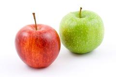 Manzana roja y verde en blanco fotografía de archivo libre de regalías