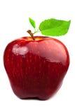 Manzana rojo oscuro con las hojas Fotos de archivo