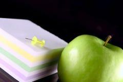 Manzana verde con el bloque para los expedientes Fotos de archivo libres de regalías