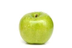 Manzana verde con gotas del agua Imagenes de archivo