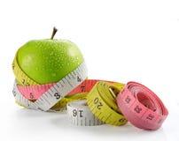 Manzana verde con la cinta de la medida Fotografía de archivo libre de regalías