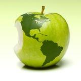 Manzana verde con la correspondencia de la tierra Foto de archivo libre de regalías