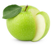 Manzana verde con la hoja y corte en blanco Imagen de archivo libre de regalías