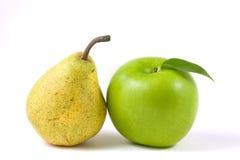 Manzana verde con la hoja y una pera Fotografía de archivo libre de regalías