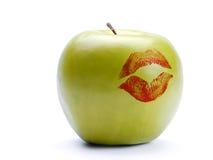 Manzana verde con la impresión del lápiz labial Fotos de archivo libres de regalías