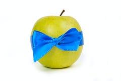 Manzana verde con las cintas azules Fotos de archivo