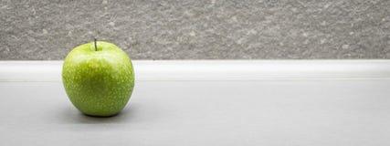 Manzana verde con los waterdrops Foto de archivo libre de regalías