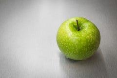 Manzana verde con los waterdrops Fotos de archivo libres de regalías