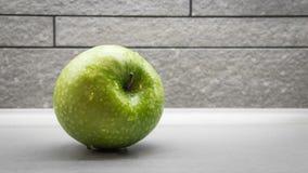 Manzana verde con los waterdrops Imagen de archivo libre de regalías