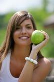 Manzana verde de la consumición adolescente Fotos de archivo