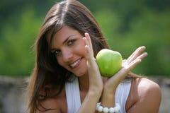 Manzana verde de la consumición adolescente Foto de archivo libre de regalías