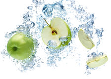 Manzana verde en agua Imagen de archivo