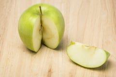 Manzana verde en de madera Imagen de archivo