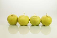 Manzana verde en el fondo blanco Fotos de archivo libres de regalías