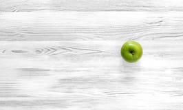 Manzana verde en fondo de madera blanco y negro Imágenes de archivo libres de regalías