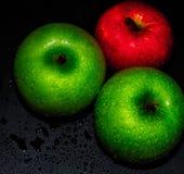 Manzana verde en fondo negro foto de archivo