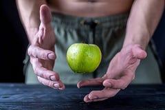 Manzana verde fresca de la levitación en una tabla de madera foto de archivo libre de regalías
