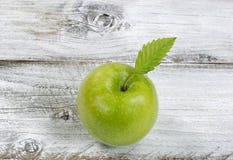 Manzana verde fresca en los tableros de madera blancos rústicos foto de archivo libre de regalías