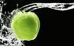 Manzana verde fresca subacuática Imagen de archivo libre de regalías