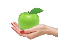 Manzana verde grande en la mano de la mujer aislada Fotografía de archivo
