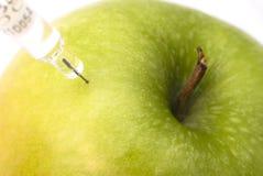 Manzana verde inyectada Fotos de archivo libres de regalías