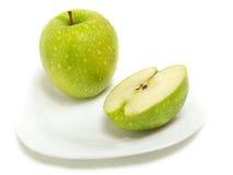 Manzana verde media y entera Imagen de archivo libre de regalías