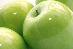 Manzana verde muy mojada Fotografía de archivo libre de regalías