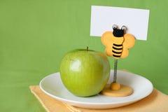 Manzana verde para el clothespin del desayuno con la tarjeta Imagen de archivo libre de regalías