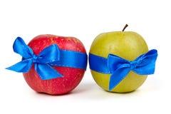Manzana verde y manzana del rojo con las cintas azules Fotografía de archivo