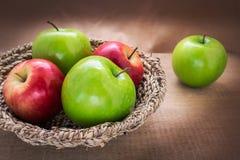 Manzana verde y manzana del rojo en la cesta, aún vida Fotografía de archivo