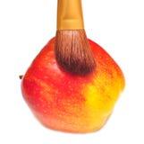Manzana y cepillo rojos Fotografía de archivo