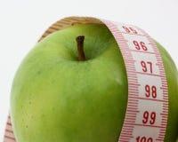 manzana y cinta de la medida foto de archivo libre de regalías