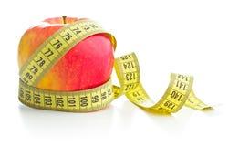 Manzana y cinta métrica rojas frescas Foto de archivo libre de regalías