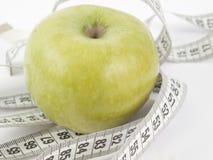 Manzana y contador verdes Imágenes de archivo libres de regalías